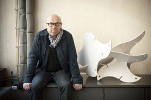 Künstler Franz Betz mit einer Outdoor-Ausführung seines Skulpturenbaukastens.